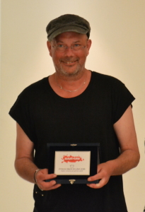 Kevin_brooks_con premio bassa